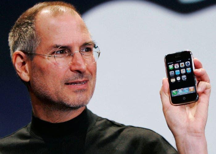 Steve Jobs con un iPhone