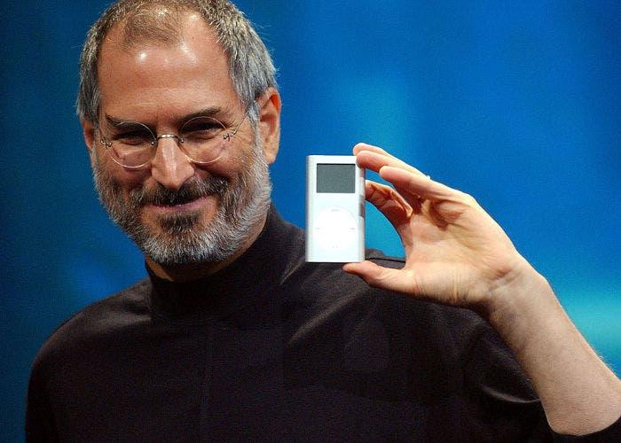 Steve Jobs con un iPod