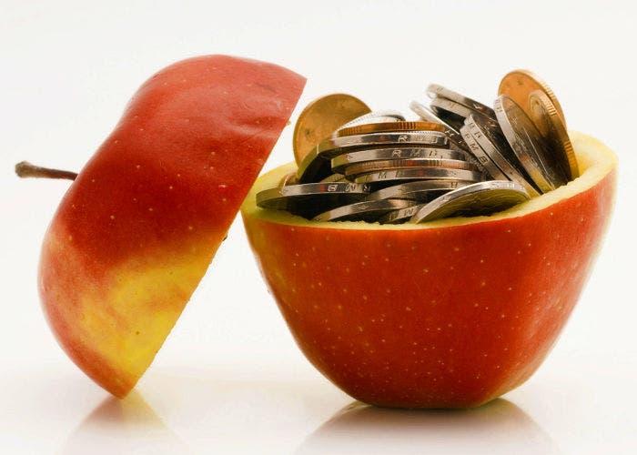 Una manzana con monedas en su interior