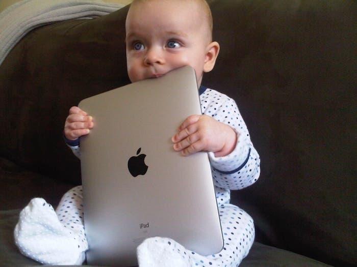 bebe con iPad
