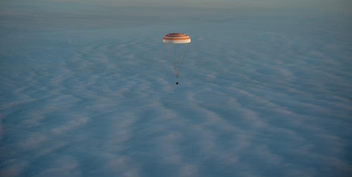 Soyuz sobre las nubes en su descenso a la Tierra