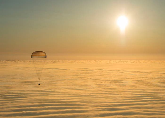 Descenso en paracaídas de la cápsula Soyuz hacia la Tierra