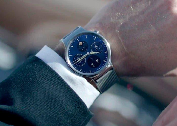 Reloj inteligente Huawei Watch en una mano