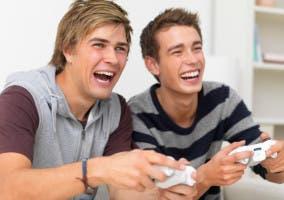 Dos chicos jugando a videojuegos
