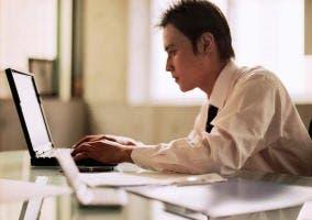 Hombre en el ordenador