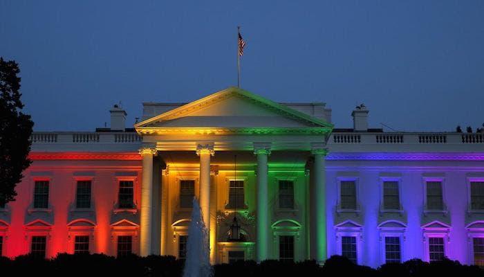 Casa blanca iluminada bandera arcoiris
