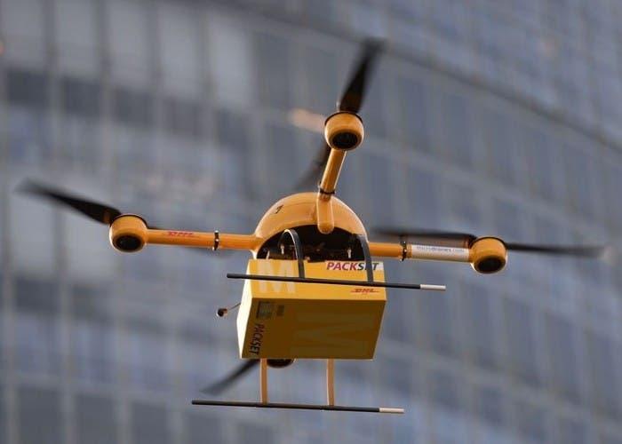 Imagen de un dron llevando un paquete