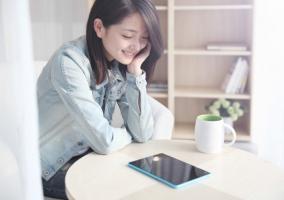 Mujer usando una tablet china