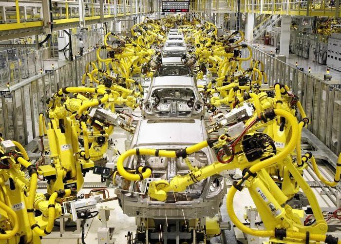 Robot industrial fabricando automóviles