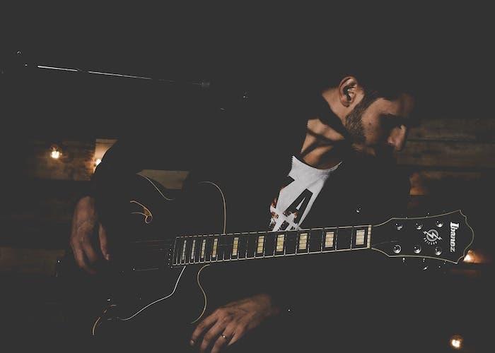 Artista tocando musica con la guitarra