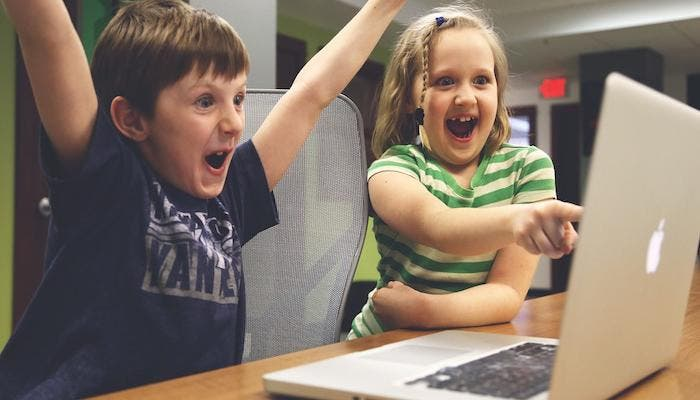 niños conectados en casa