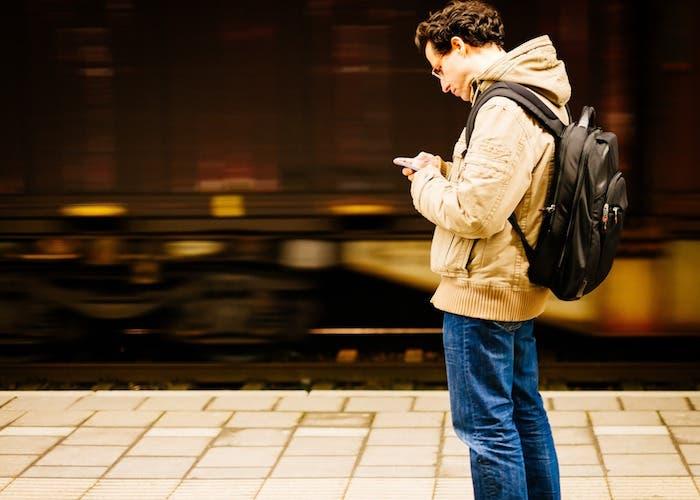 viajar smartphone estacion de tren
