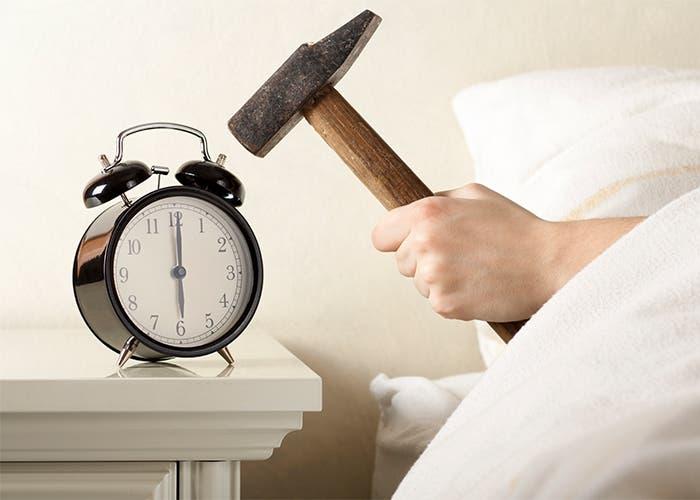 Sí, dan ganas de darle al despertador con un martillo