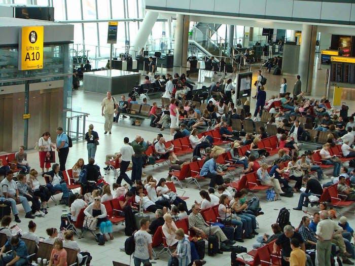 Gente esperando aeropuerto