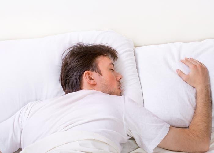 hombre-durmiendo-cama