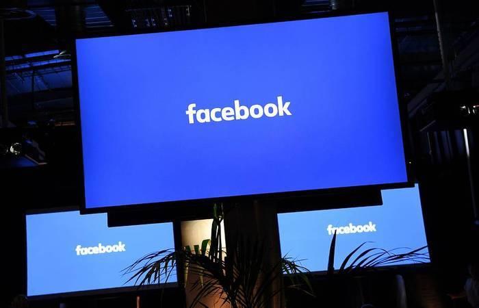 Televisiones con el logo de Facebook