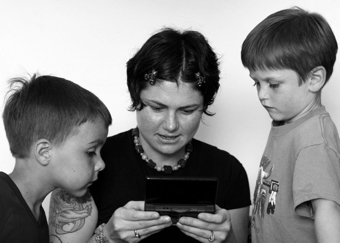 Madre jugando a la consola