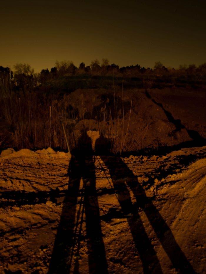Sombras de dos personas en el suelo durante la noche