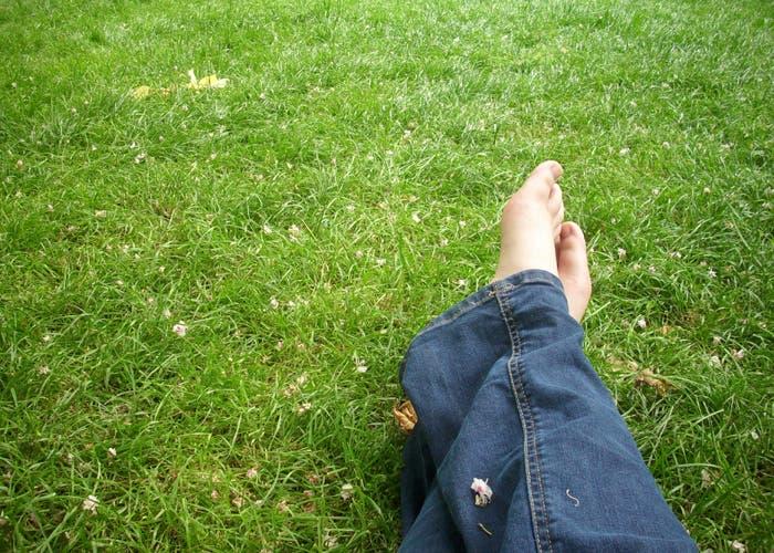 Pies descalzos sobre cesped