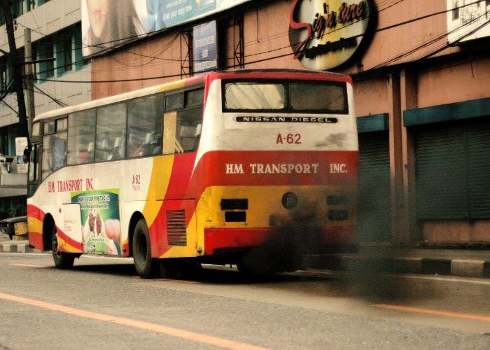 Imagen de un bus urbano contaminando
