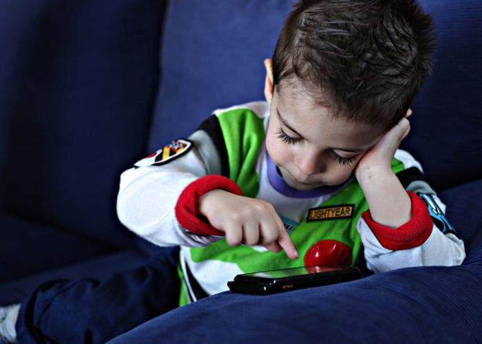 Niño jugando en un smartphone