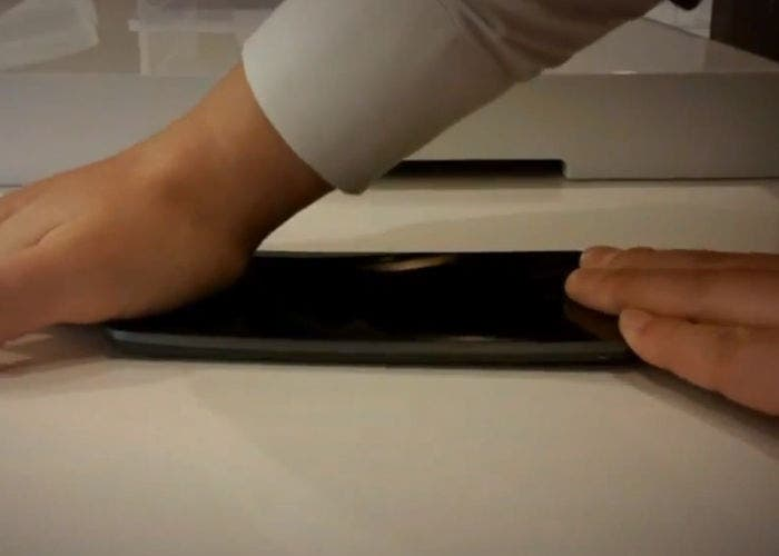 Imagen del LG G Flex mostrando su flexibilidad
