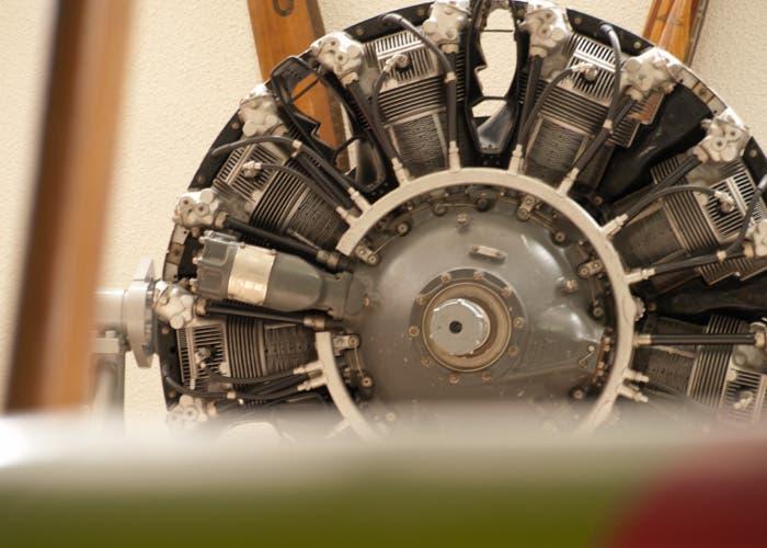 detalle tras un ala de un motor de avión